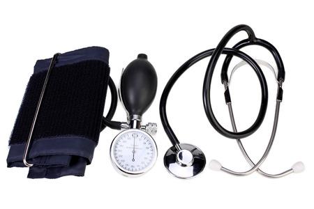 estetoscopio: Monitor de la presión arterial y un estetoscopio aislados en blanco con el camino de recortes