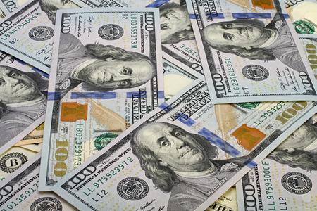 signos de pesos: Una pila de billetes de cien dólares como fondo. Foto de archivo