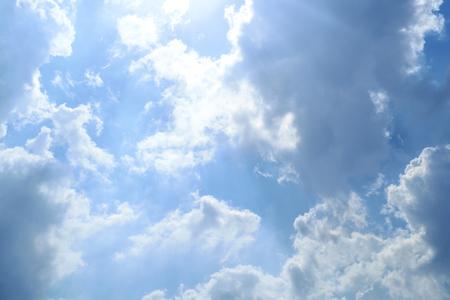 Blauwe luchtkleur met wolkenachtergrond Stockfoto