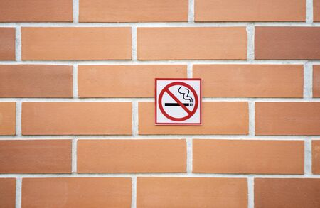 Label no smoking metal sign in the city Imagens