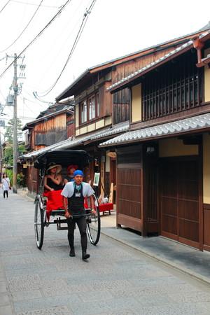 rikscha: Kyoto, Japan - 28. Mai 2015: Rikscha in Kyoto Japan. Nicht identifizierter Mann mit einer Rikscha sieht für Personen am Kyoto-Straße.