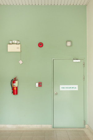Brandfluchttür, Feuerlöscher, Feueralarm.