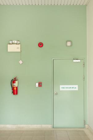 salida de emergencia: Puerta de escape de incendios, extintor de incendios, alarma contra incendios.