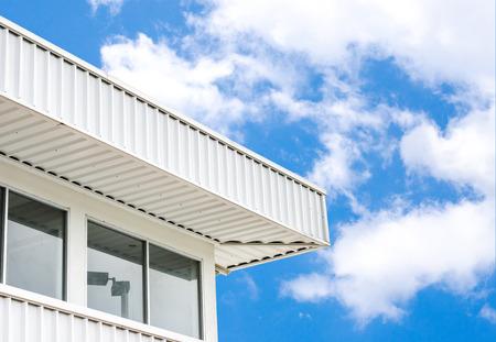 Fabrik mit blauem Himmel und Wolken Standard-Bild - 28865138