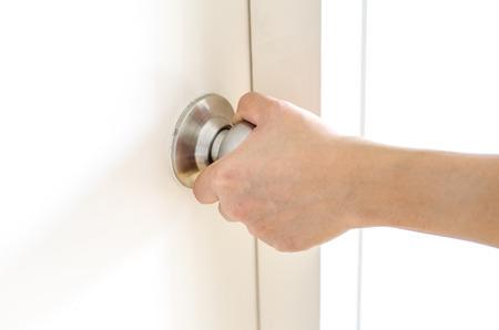 abriendo puerta: La apertura de la mano de la puerta puerta perilla blanca