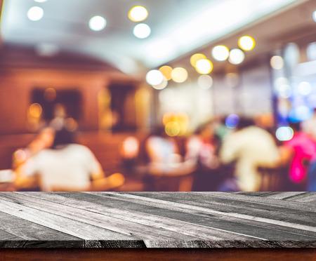 fondo: Vaciar mesa de madera con restaurante borr�n con el fondo bokeh, plantilla de visualizaci�n del producto