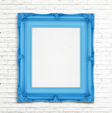 흰색 벽돌 벽에 빈 골드 빈티지 사진 프레임, 사진을 추가하기위한 템플릿입니다. 스톡 콘텐츠