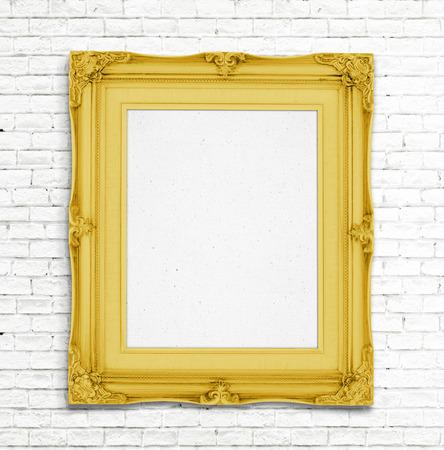 bordes decorativos: Marco en blanco del oro del vintage foto en la pared de ladrillo blanco, la plantilla para a�adir la foto.