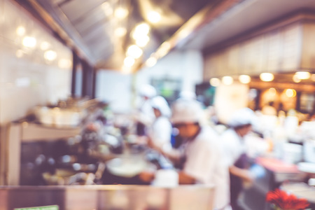 chef cocinando: Fondo borroso: Grupos de Chef de cocina en la cocina abierta, el cliente puede ver que la cocción en el mostrador de comida, el chef de cocina con bokeh luz Foto de archivo