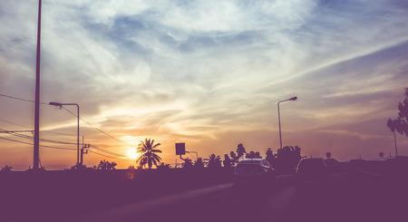 vintage: Vintage gefilterd: silhouet landschap van auto's op de weg, zonsondergang scène in Thailand. Stockfoto