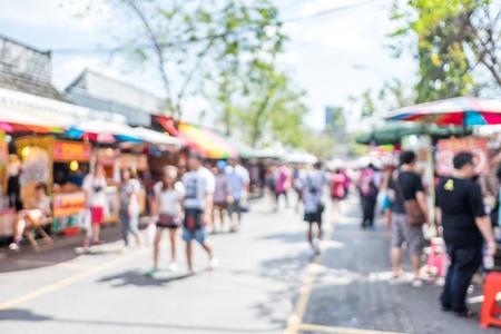 dia soleado: Fondo borroso: compras de la gente en la feria de mercado en un día soleado, falta de definición de fondo con bokeh.