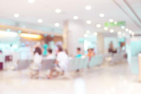 lekarz: Niewyraźne tło: filtr rocznik: patrz pacjent czeka na lekarza.