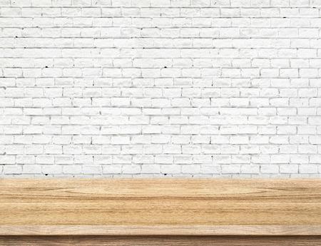 Lege houten tafel en witte bakstenen muur in de achtergrond. product-display template