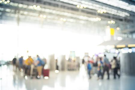 gente aeropuerto: Desenfocar el fondo de la Terminal de Salida Check-in en el aeropuerto con el bokeh. Foto de archivo