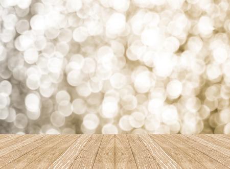 nouvel an: Salle de perspective vide avec mur de bokeh mousseux et plancher de planche de bois, modèle maquette pour l'affichage de votre produit.