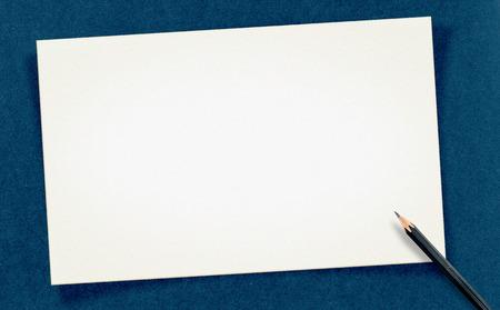 paper craft: En blanco blanco Vintage tarjeta con un l�piz sobre papel artesanal, maqueta para el texto.