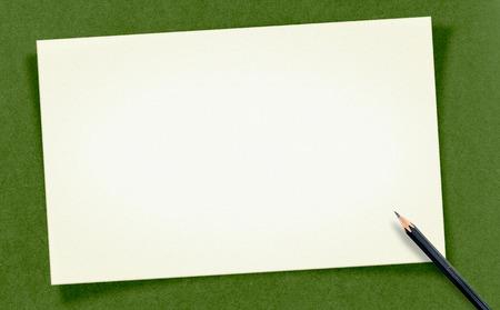 craft paper: En blanco blanco Vintage tarjeta con un l�piz sobre papel artesanal, maqueta para el texto.