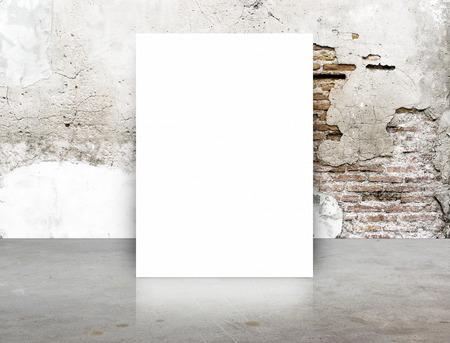 Cartel blanco en blanco en la pared de ladrillo grieta y sala de piso de concreto, Plantilla Mock para su contenido.