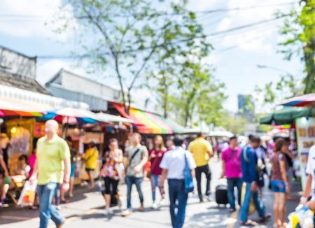 Arrière-plan flou gens faisant des achats à la juste de marché dans la journée ensoleillée, flou fond avec bokeh.
