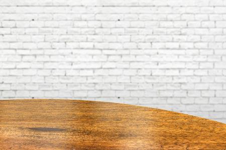 ladrillo: Mesa redonda de madera vac�a y pared de ladrillo blanco en el fondo. plantilla de exposici�n del producto Foto de archivo