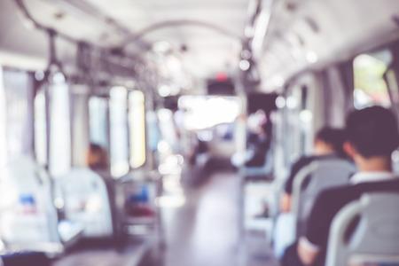 parada de autobus: fondo borroso personas en autobuses de transporte público, fondo abstracto.