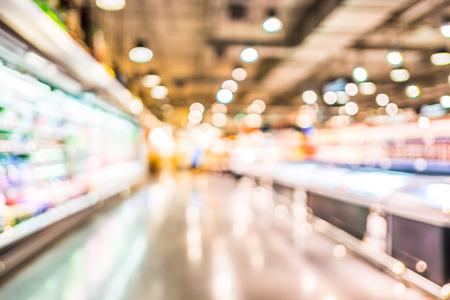 Supermarché d'alimentation flou fond avec bokeh, la lumière defocused en magasin.