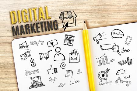 digitální: Otevřete notebook na dřevěném stole s ikonou se týkají Digital marketing, obchodní koncepce.