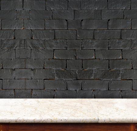 decoracion mesas: Mesa de mármol vacía y blanca pared de ladrillo negro en el fondo. plantilla de exposición del producto.