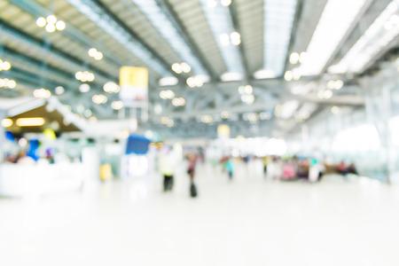 gente aeropuerto: Fondo borroso: viajeros en el aeropuerto de desenfoque de fondo del terminal con la luz bokeh, filtro de la vendimia. Foto de archivo