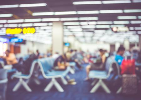 file d attente: Arrière-plan flou: avion de passagers au vol sign board avec la lumière de bokeh.