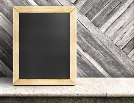 contadores: Pizarra en blanco en la mesa de m�rmol en la pared de madera diagonal, Plantilla maqueta para agregar su dise�o y dejar espacio al lado del marco para a�adir m�s texto. Foto de archivo