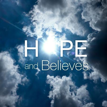 """morning sky: Ispirazione citazione: """"La speranza e ritiene"""" a raggio di sole attraverso la nube con cielo blu, tipografico motivazionale. Archivio Fotografico"""