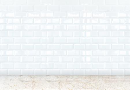 ceramiki: pusty pokój z perspektywy ściany białe płytki ceramiczne i marmurowe podłogi, szablon do dodawania treści.