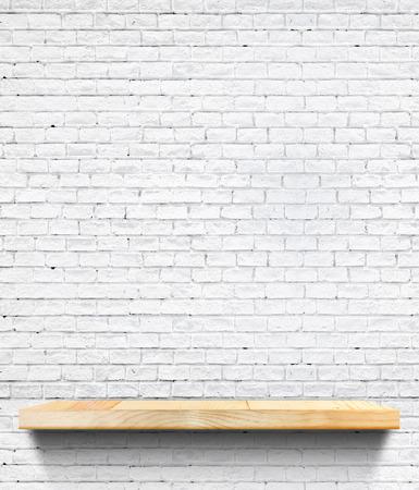 estanterias: Estante de madera vacío en baldosas de cerámica blanca pared, Plantilla maqueta para la exhibición de productos, presentación de negocios. Foto de archivo