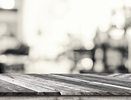 ビンテージ: 斜め熱帯木材テーブル トップ光の背景のボケ味、モック製品の表示のためにテンプレート付き。