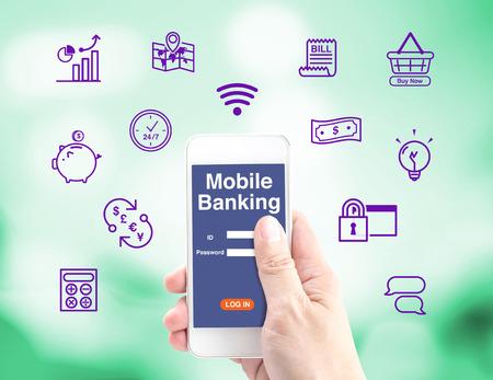 Mobile Banking, tenant la main mobile avec journal dans l'interface et l'icône, concept de services bancaires par Internet.