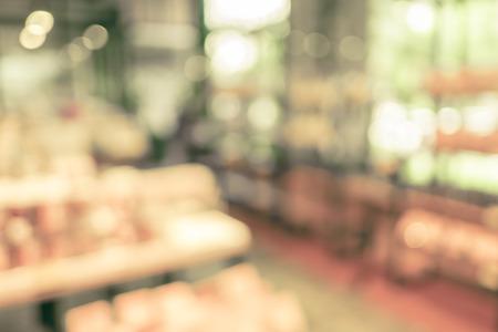 tiendas de comida: Fondo borroso: El producto en la estanter�a en la tienda de la panader�a.