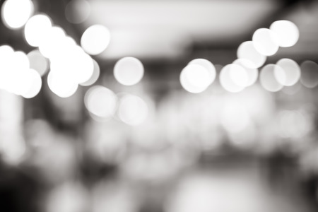 Światła: Czarno-biały rozmycie tła, światło bokeh w kawiarni. Zdjęcie Seryjne