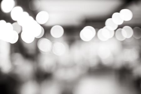 blanco y negro: Fondo blanco y negro desenfoque, luz bokeh en la cafetería.