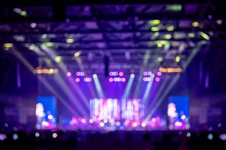 Fondo borroso: Iluminación Bokeh en concierto con la audiencia, el concepto de música del mundo del espectáculo.
