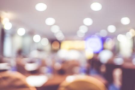 PARLANTE: seminario sala de eventos con luz de fondo bokeh, concepto de negocio.