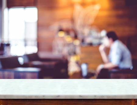 contadores: Mesa de mármol blanco vacío con fondo café mancha, maqueta escena para la exhibición de productos.