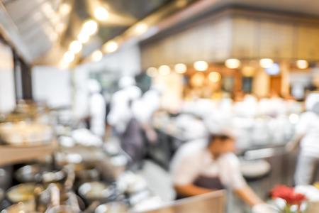 chef: Fondo borroso: Grupos de Chef de cocina en la cocina abierta, el cliente puede ver que la cocción en el mostrador de comida, el chef de cocina con bokeh luz.