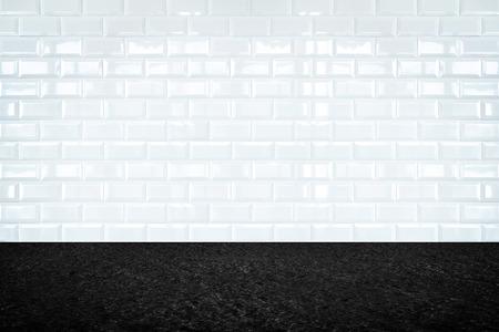 ceramiki: Pusty pokój z białym ceramicznym ścianie płytki i kamiennej podłodze, tło wyświetlacza produktu. Zdjęcie Seryjne