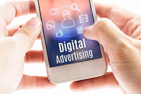 digitální: Zavřít ruce drží mobil s digitální reklamy a ikony, Digital marketingový koncept.