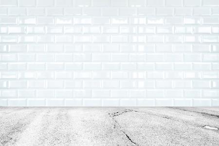 terreno: prospettiva Camera, ceramica bianca parete di piastrelle e pietra a terra.
