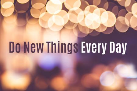 """inspiracion: Cita de la inspiraci�n: """"hacer cosas nuevas todos los d�as"""" con el fondo blur, tipogr�fico motivaci�n."""