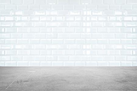 piastrelle bagno: Prospettiva Camera, bianco ceramica muro di piastrelle e cemento a terra. Archivio Fotografico