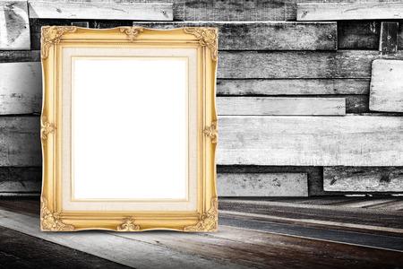 판자 나무 벽 및 대각선 나무 바닥에 기대어 빈 황금 빈티지 사진 프레임 귀하의 디자인을 추가하는 것에 대 한 모의.