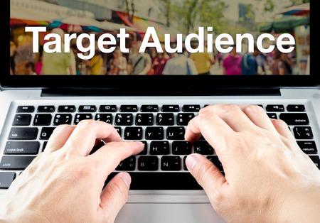 Doelgroep woord over laptop scherm met type hand op het toetsenbord, Digital Marketing concept. Stockfoto